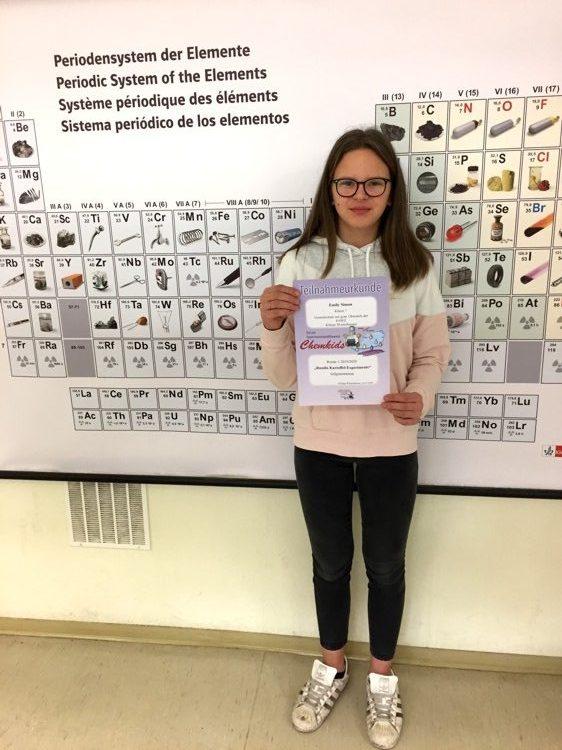 Gesamtschule Königs Wusterhausen_Chemkids Experimentierwettbewerb 2020_Emily mit ihrer Teilnahmeurkunde