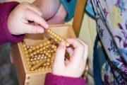 Montessori Grundschule_Montessori-Material um Anfassen